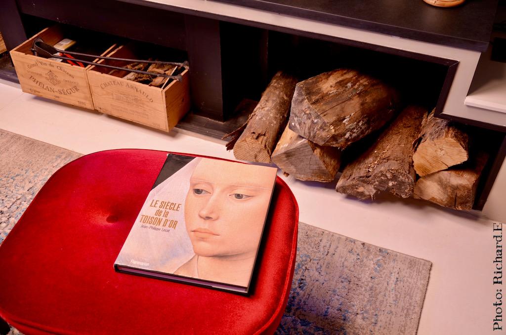 Pouf rouge bois cheminee renovation maison ancienne hannah elizabeth interior design