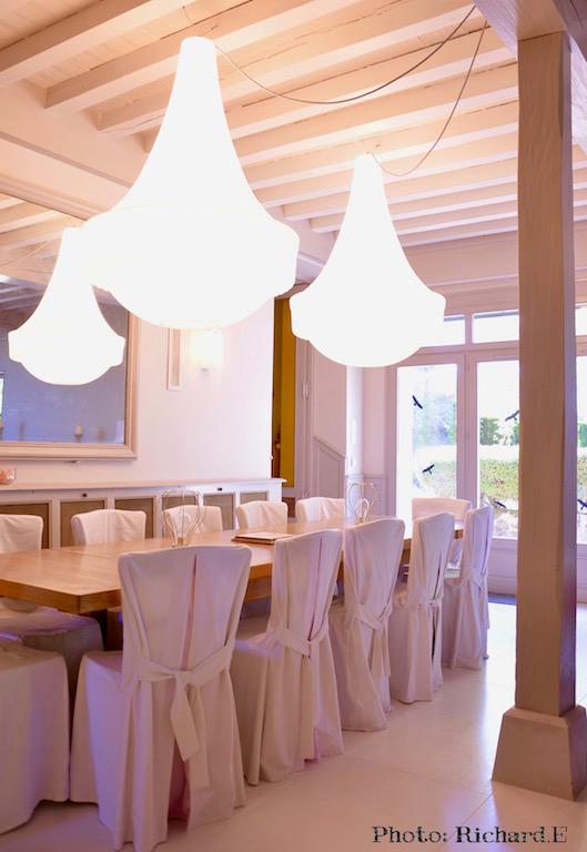 Salle a manger lustres contemporain table bois nuances blanches hannah elizabeth interior design