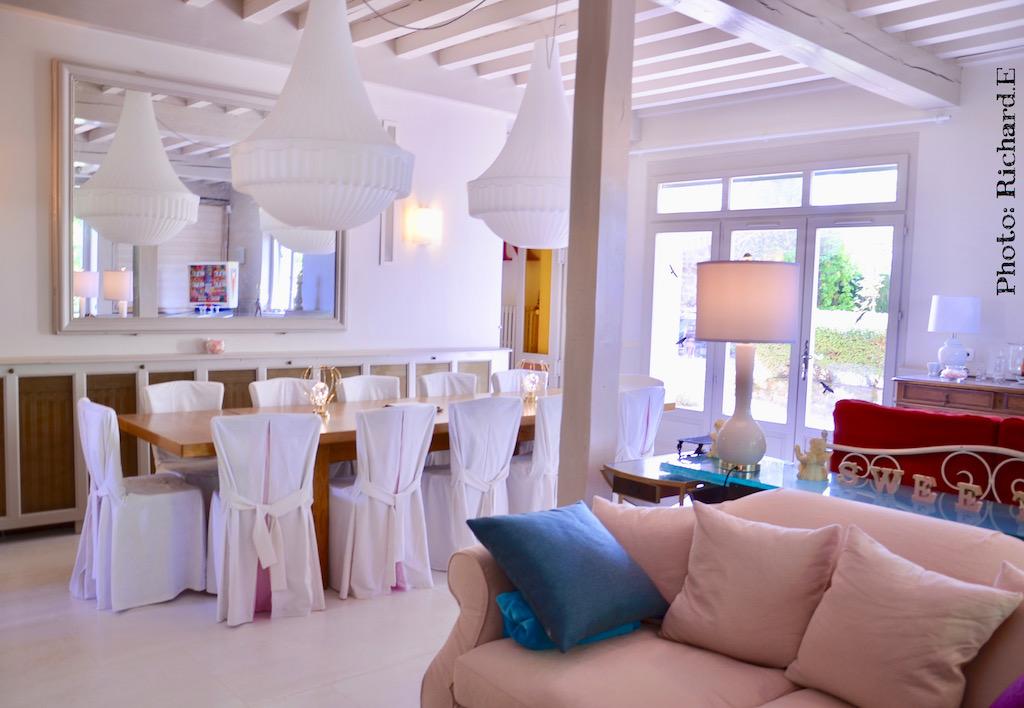 Salle a manger salon lustres contemporain canape rose poutres blanches hannah elizabeth interior design