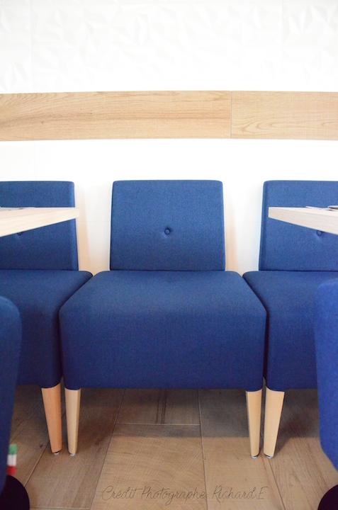 Salle banquettes bleu parquet faience blanc relief