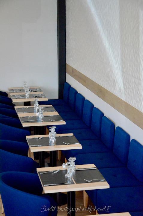 Salle brasserie banquette faience relief parquet bleu gris blanc