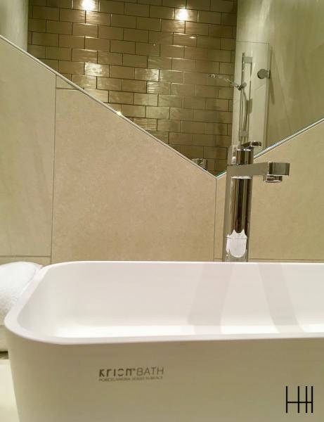 Salle de bain beige bronze krion hannah elizabeth interior design