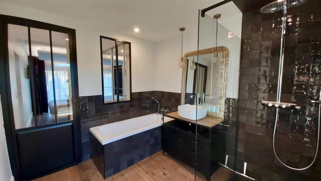 Salle de bain noir indus zelliges hannah elizabeth interior design