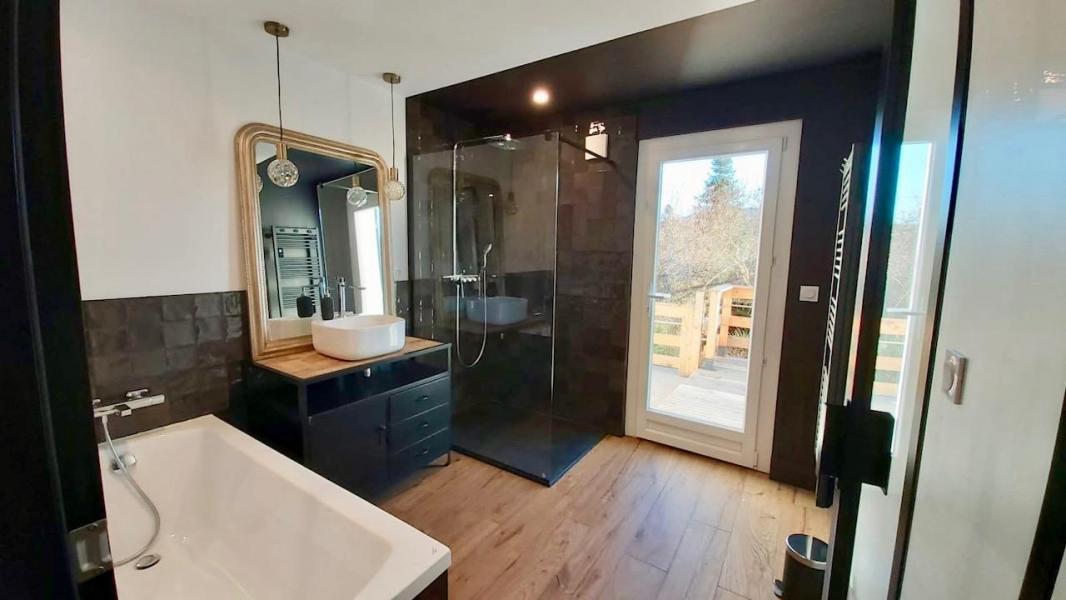 Salle de bain parquet zelliges noir industriel hannah elizabeth interior design