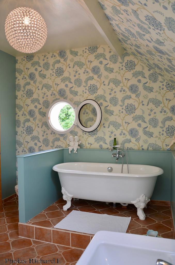 Salle de bain sous rampant tomettes hannah elizabeth interior design