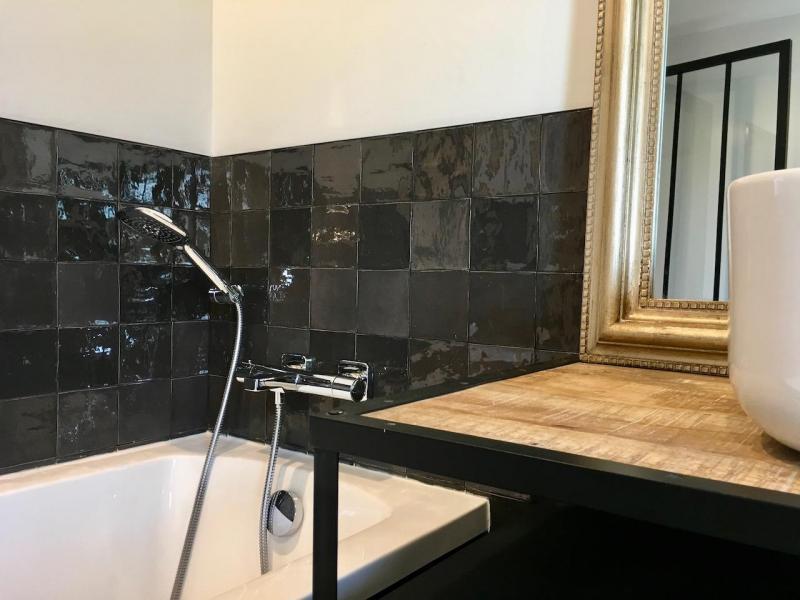 Salle de bain zelliges noir metal bois hannah elizabeth interior design