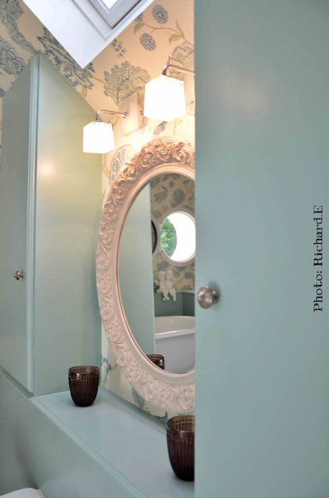 Salle de bian romantique vert deau papier peint hannah elizabeth interior design