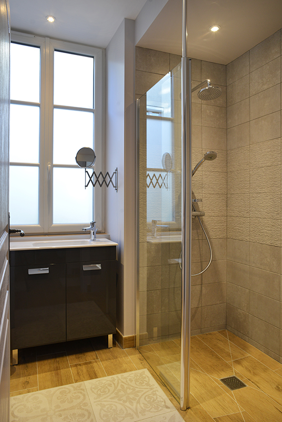 Salle de douche bois et gris