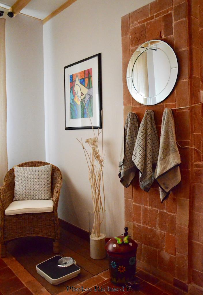 Salle deau tomettes fauteuil osier hannah elizabeth interior design