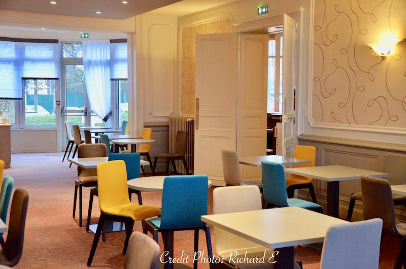 Salle petit dejeuner boiseries chaises couleurs baie vitree hannah elizabeth interior design
