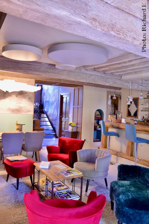 Salon bar papier peint nuage inkiostro poutres a la chaux hannah elizabeth interior design