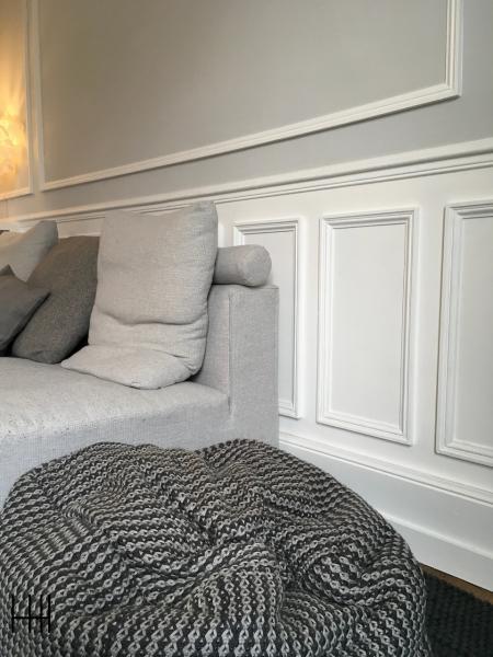 Salon canape gris murs gris moulures blanc hannah elizabeth interior design