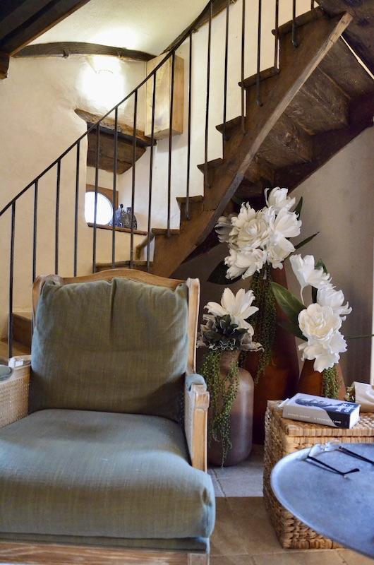 Salon fauteuil bois escalier bois et fer forge hannah elizabeth interior design