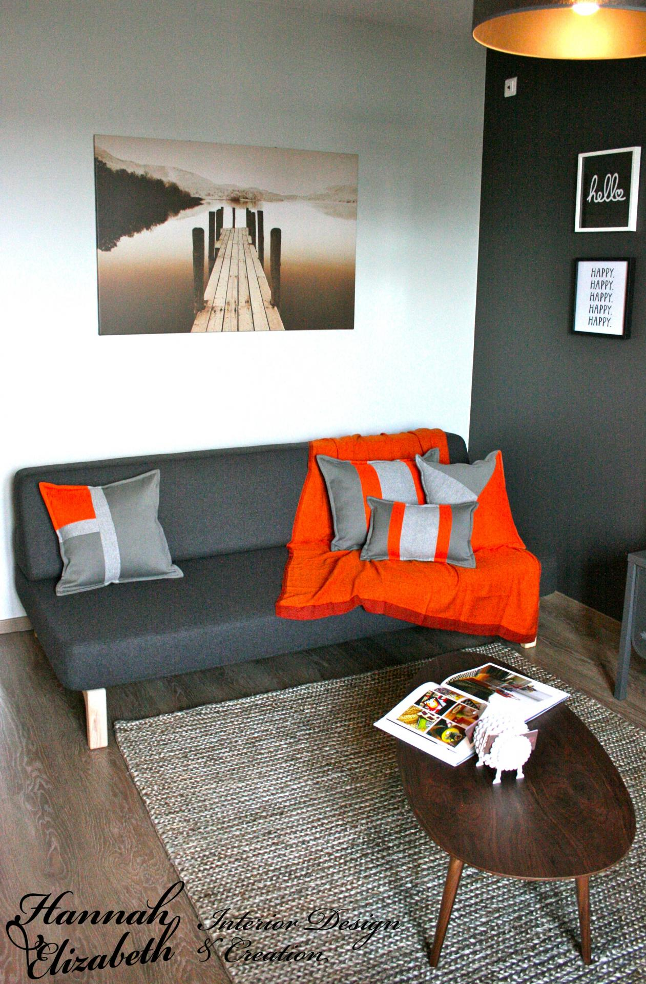 Salon gris et orange parquet et cadres