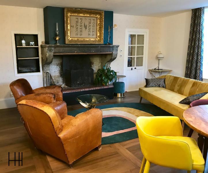 Salon retro fauteuils clubs canape jaune moutard parquet fonce hannah elizabeth interior design
