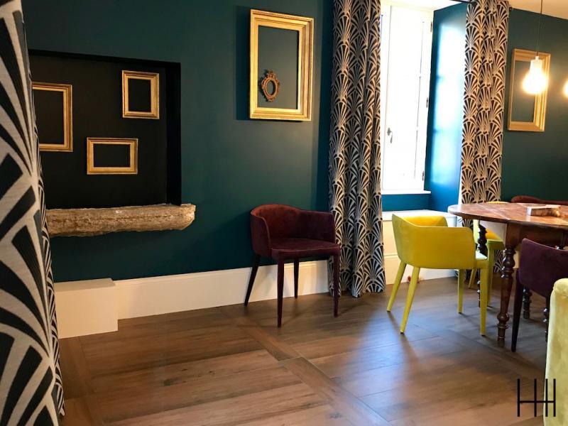 Salon retro jaune bleu canard bordeaux parquet cadres or hannah elizabeth interior design