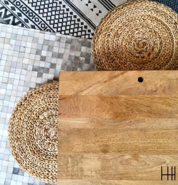 Salon tapis gris noir peau laine table basse bois pouf rotin hannah elizabeth interior design