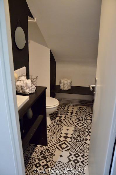 Sanitaire blanc carrelage metro carreaux ciment noir blanc hannah elizabeth interior deisgn
