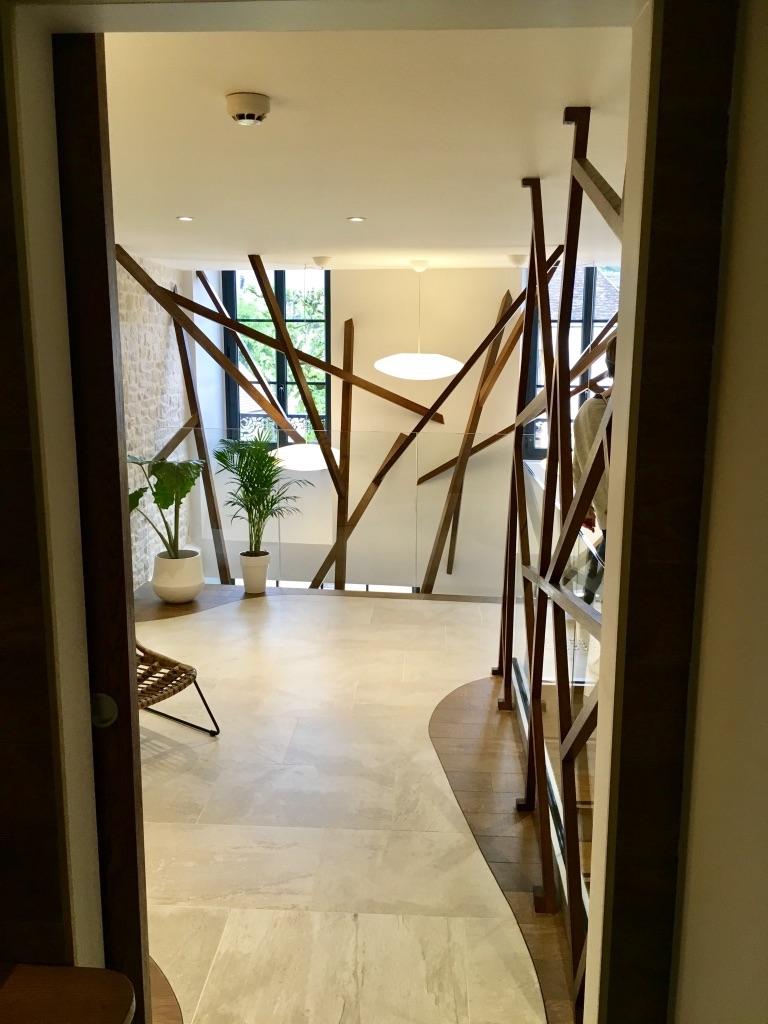 Sculpture bois vide sur mezzannine hannah elizabeth interior design