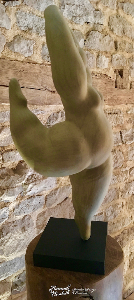 Statue femme totem bois mur pierre hannah elizabeth interior design