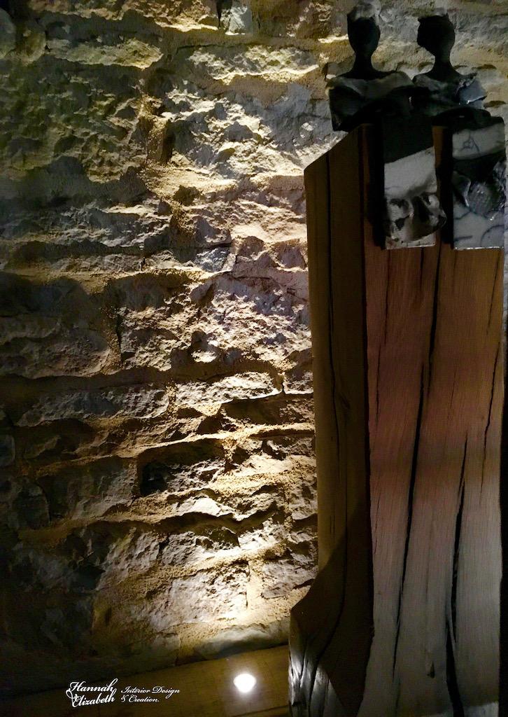 Statues femmes mur pierre eclaire hannah elizabeth interior design