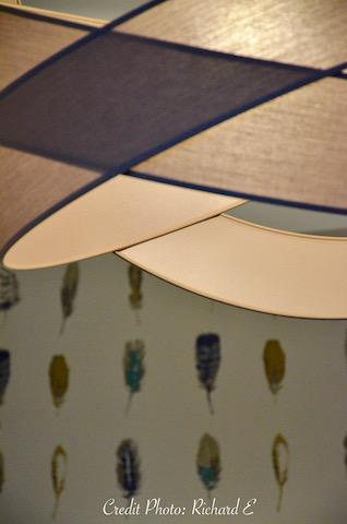 Suspension rond papier peint plumes hannah elizabeth interior design