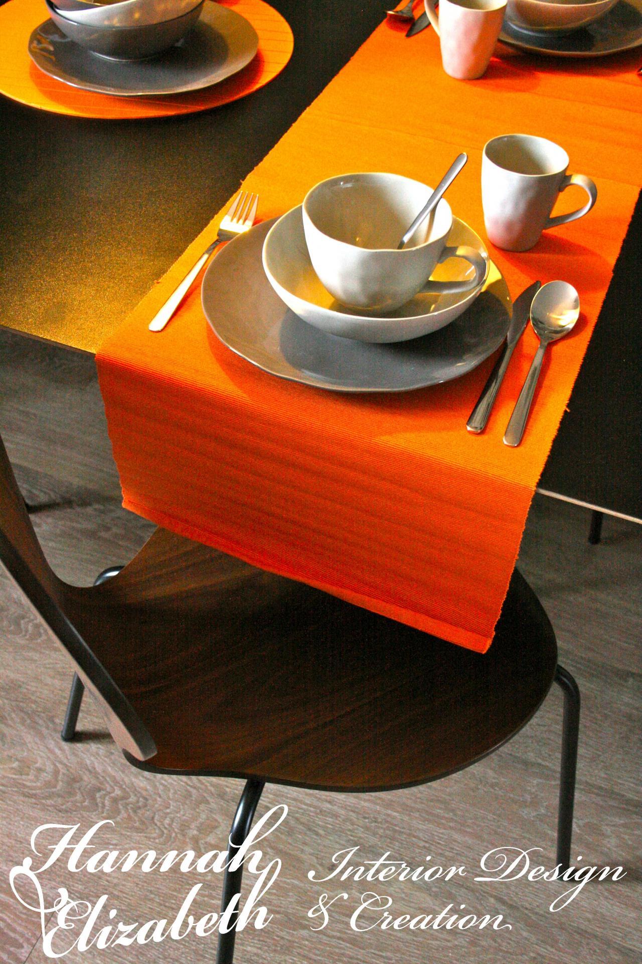 Table a manger avec chaises bois et sets orange
