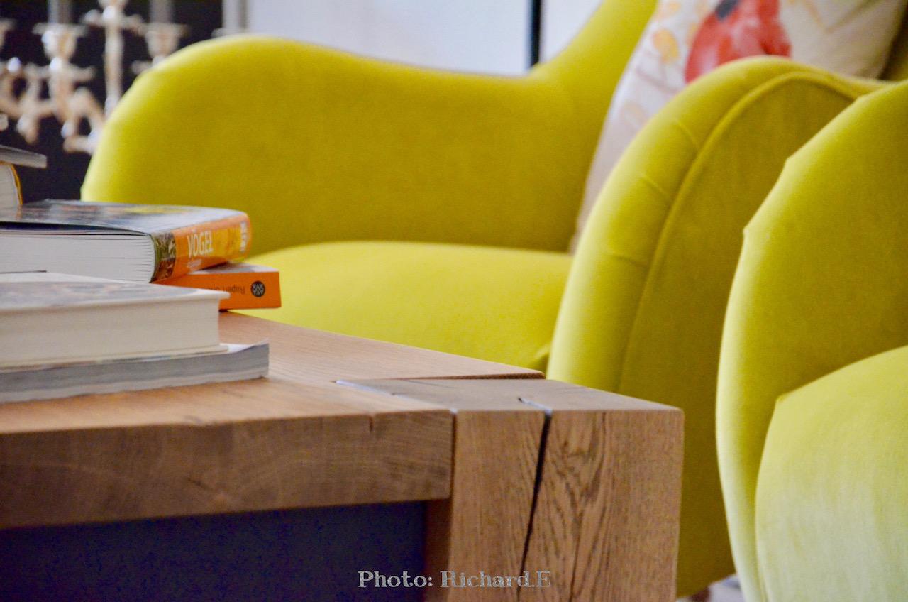 Table basse bois massif fauteuils jaune hannah elizabeth interior design