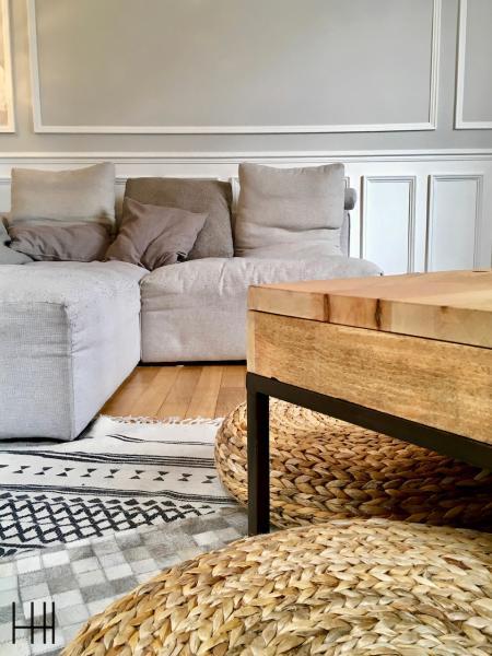 Table basse bois pouf rotin canape gris salon avec moulures hannah elizabeth interior design