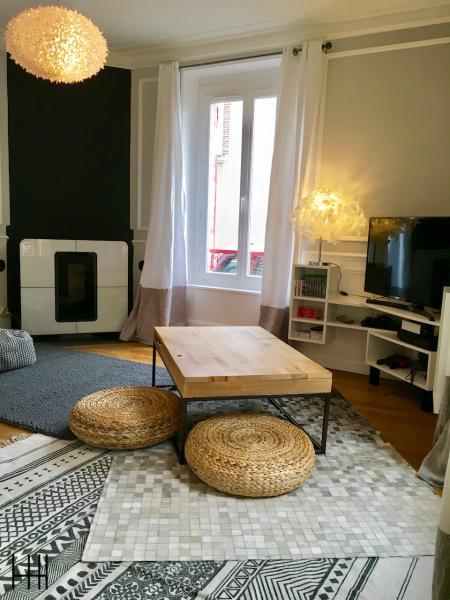 Table basse bois tapis gris peau pouf rotin salon girs blanc noir hannah elizabeth interior design
