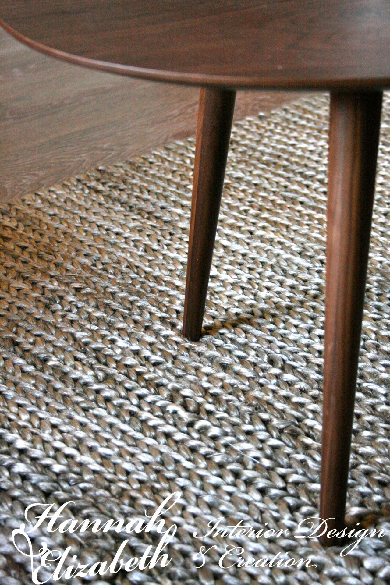 Table basse retro avec tapis tresse