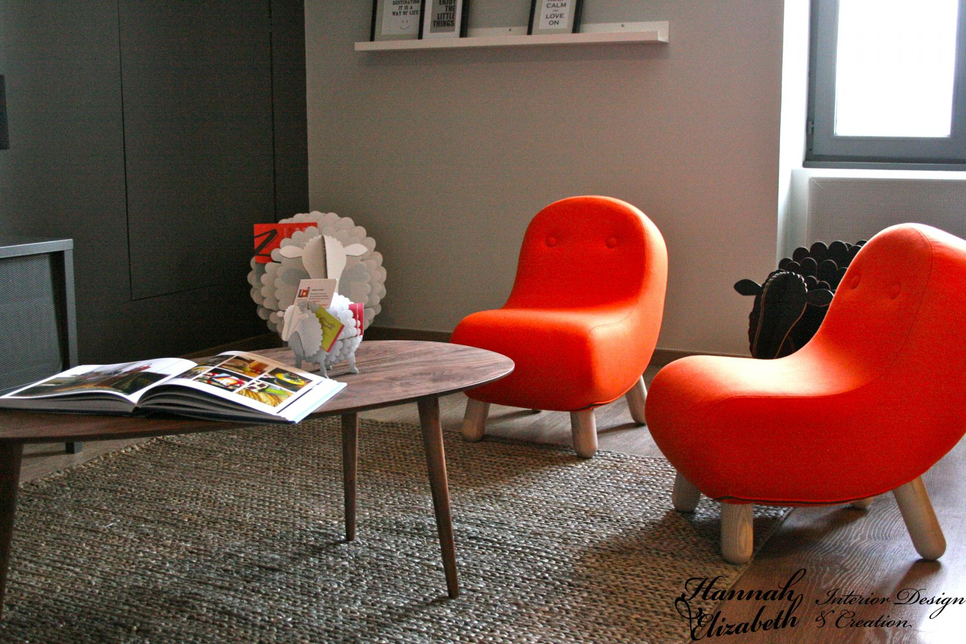 Table basse retro fauteuils orange murs gris
