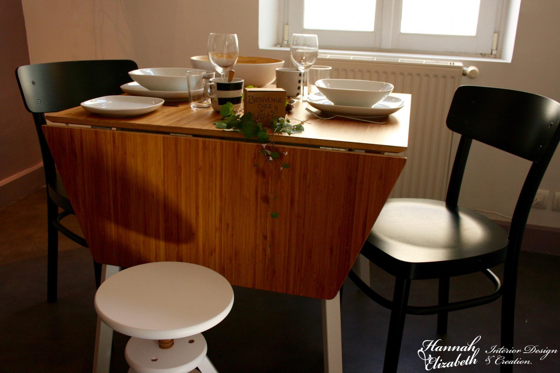 Table bois chaises noir et tabouret blanc
