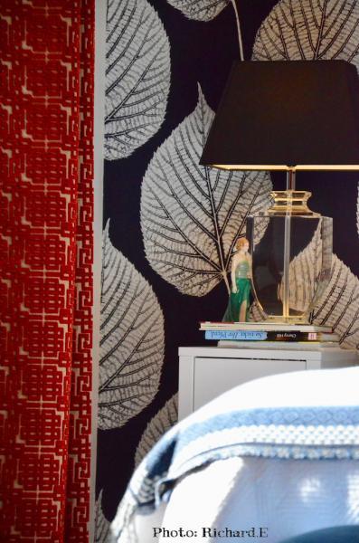 Table chevet rideaux rouge velour hannah elizabeth interior design