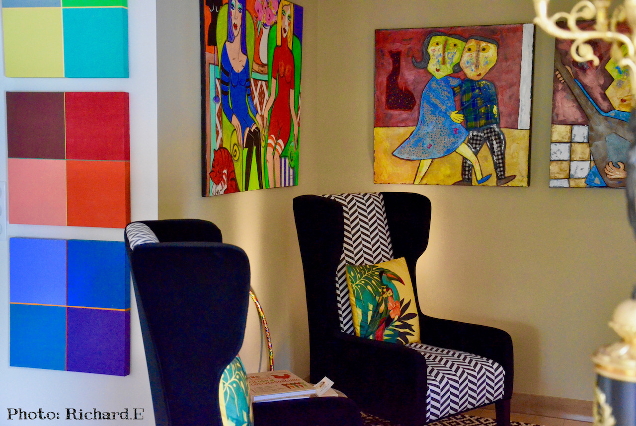 Tableau couleur fauteuils noir et blanc hannah elizabeth interior design