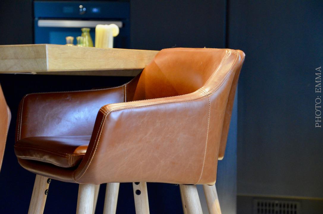 Tabouret bar cuir cuisine noir hannah elizabeth interior design