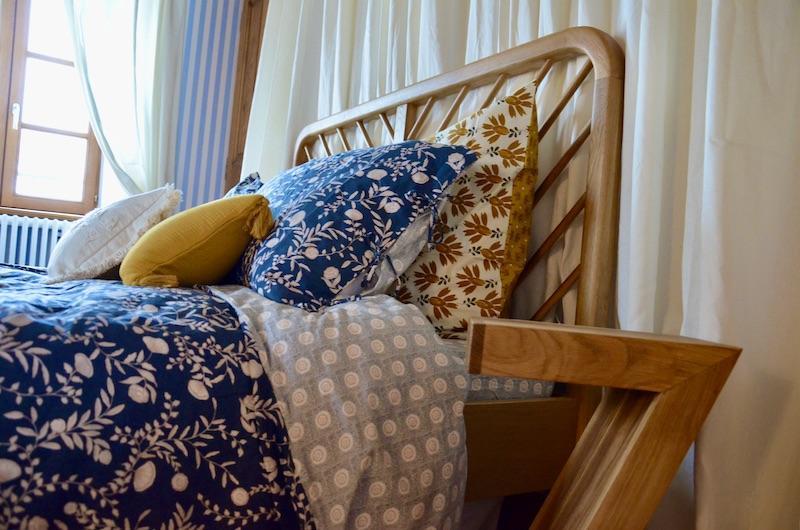 Tete de lit bois literie bleu ocre hannah elizabeth interior design
