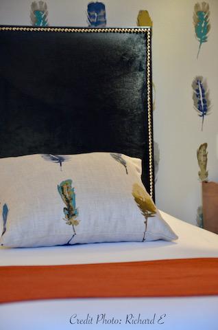 Tete de lit hotel velours bleu papier plumes hannah elizabeth interior design