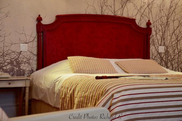 Tete de lit rouge papier nature hannah elizabeth interior design