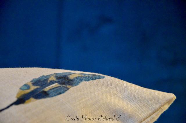 Tete de lit velour bleu coussin lin plumes hannah elizabeth interior design