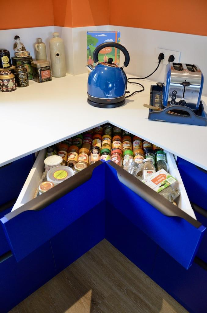 Tiroir angle cuisine bleu orange hannah elizabeth interior design