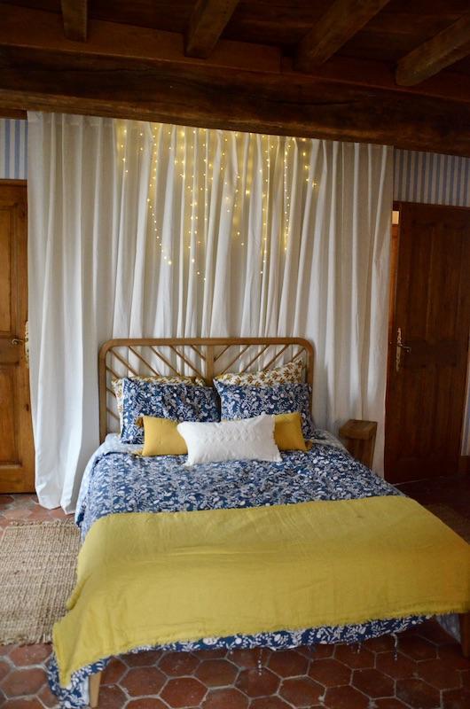 Tomettes chambre poutre lit bois hannah elizabeth interior design