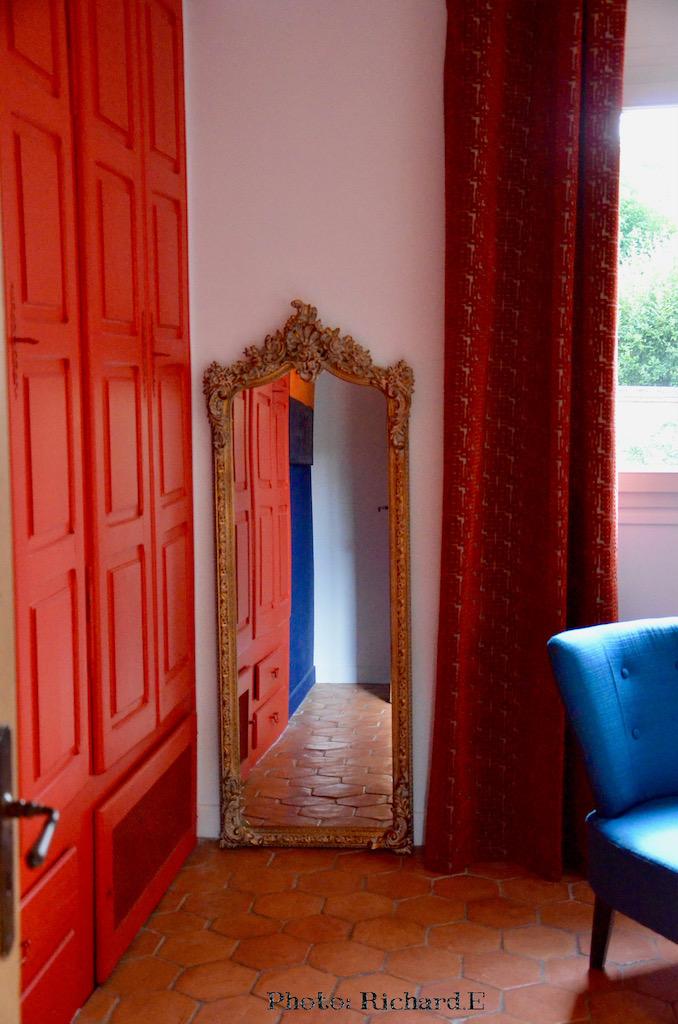 Tomettes placard rouge miroir ancien mur bleu hannah elizabeth interior design