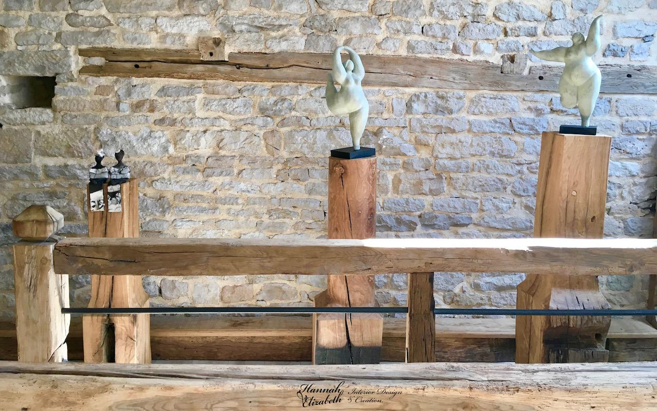 Totems bois statues mur pierre hannah elizabeth interior design