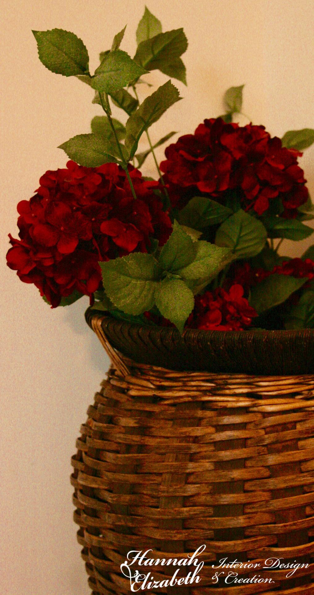 Vase osier avec fleurs rouge