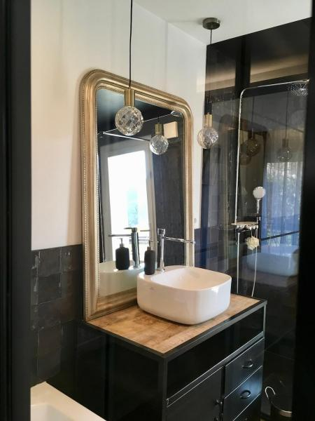 Vasque pose miroir or meuble indus salle de bain hannah elizabeth interior design